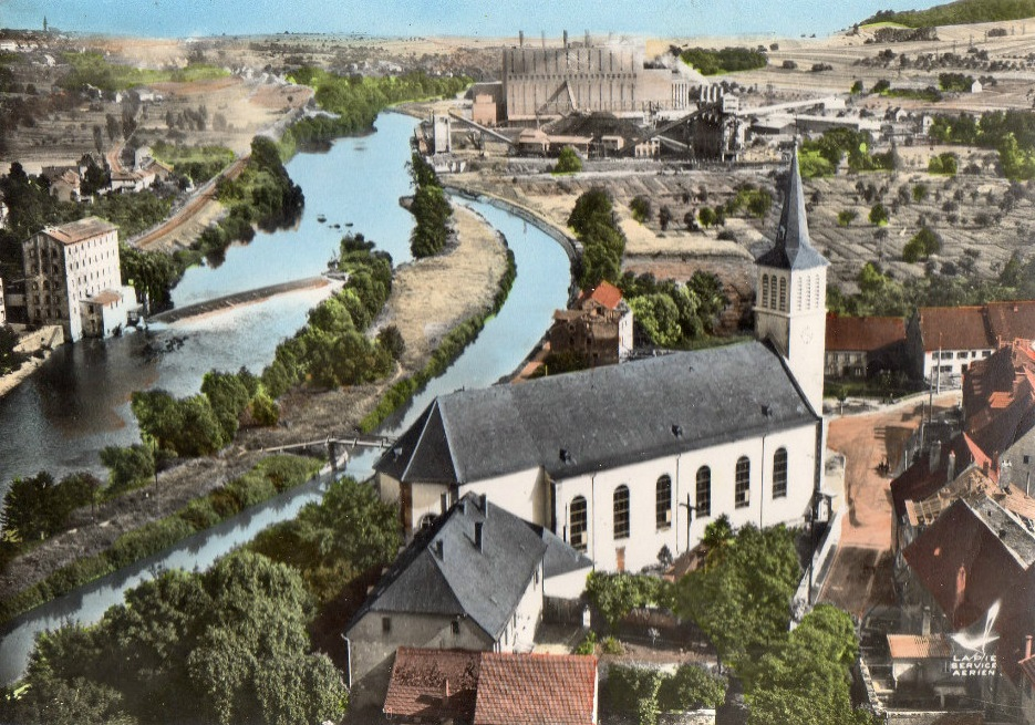 Vue de l'église paroissiale et de la centrale